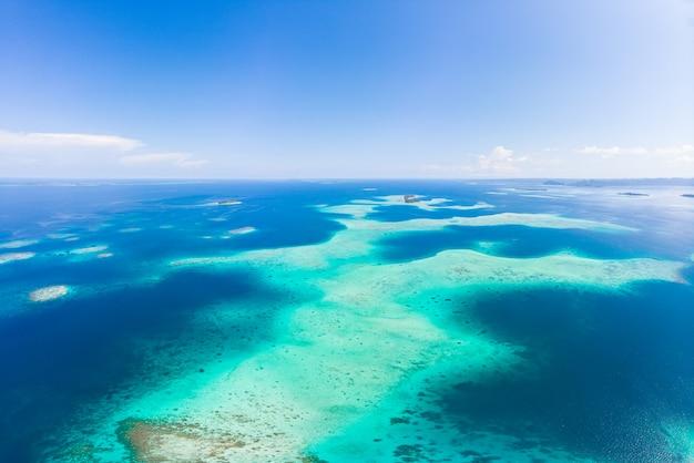 Antena: recife de coral tropical exótico, destino isolado, tudo longe, praia de areia branca de águas turquesas do mar do caribe. indonésia ilhas sumatra banyak