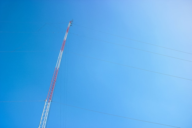 Antena torre azul céu