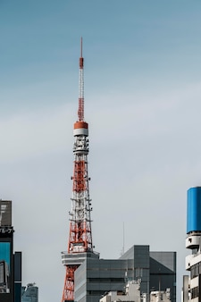 Antena vermelha e branca na cidade