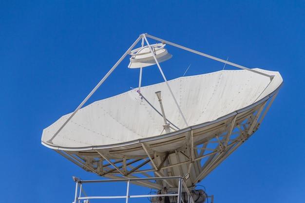 Antenas de comunicação voltadas para o céu no centro do rio de janeiro, brasil.