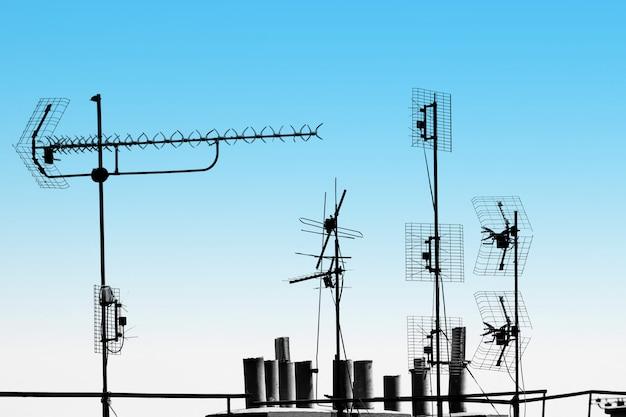 Antenas de televisão e canos no telhado
