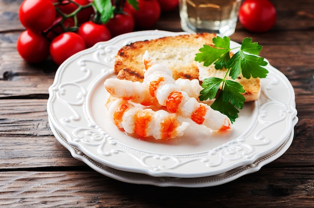 Antepasto italiano com camarão e vinho branco