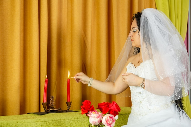 Antes da cerimônia da chupá, uma noiva judia acende velas.