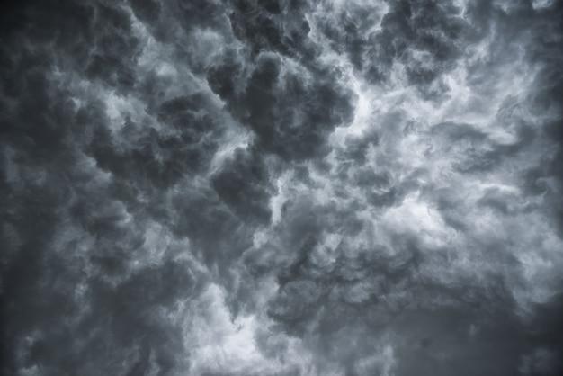 Antes de uma forte tempestade de chuva. muito raio e vento forte. o céu de nuvens escuras parece uma grande fumaça negra.