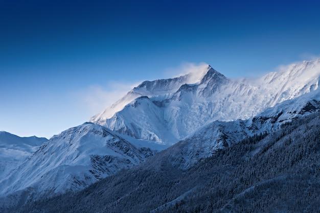 Antes do amanhecer em montanhas de annapurna
