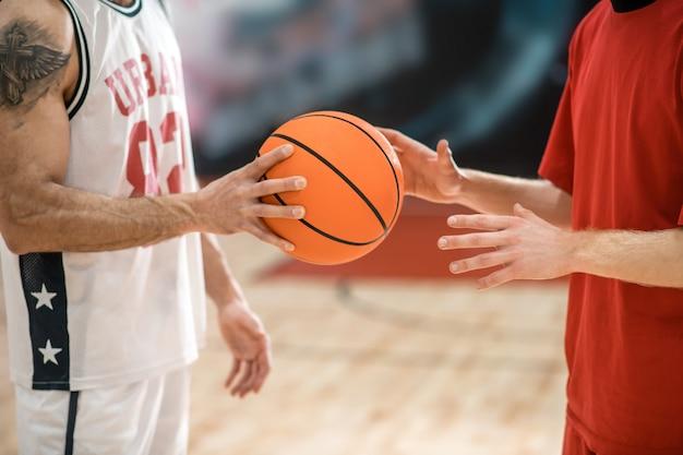 Antes do jogo. dois homens em roupas esportivas com uma bola antes do jogo