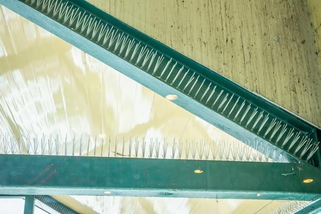 Anti-pico de pássaros na estrutura do edifício