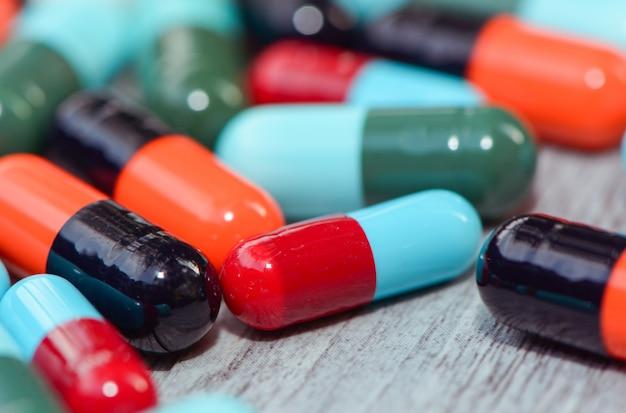 Anti-séptico, medicina de antibióticos na mesa de madeira.