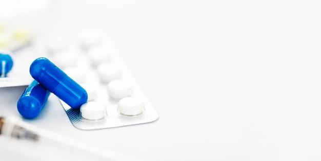 Antibióticos farmacêuticos cápsula medicamento pílula em branco