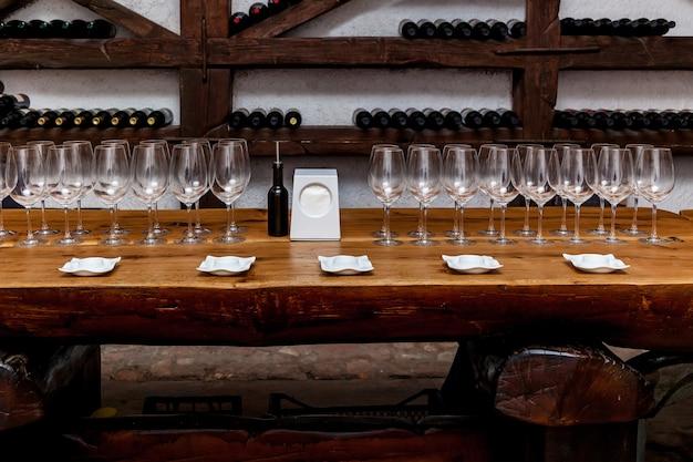 Antiga adega com suporte para garrafas de copos de mesa e área para degustação de vinhos