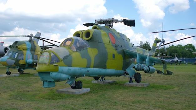 Antiga aeronave de transporte militar na exposição militar ao ar livre