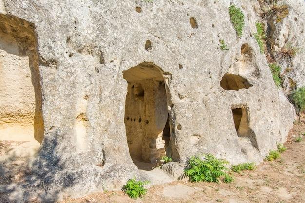 Antiga aldeia bizantina canalotto - sítio arqueológico em calascibetta, sicília, itália