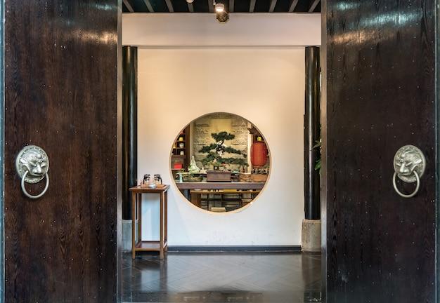 Antiga antiga antiga porta de dobradura tradicional chinesa