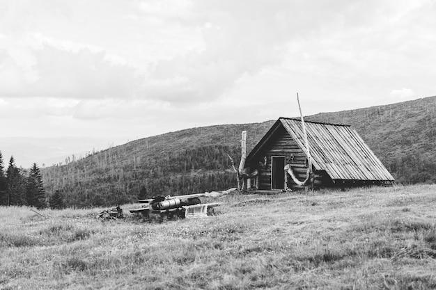 Antiga cabana nas montanhas, polônia