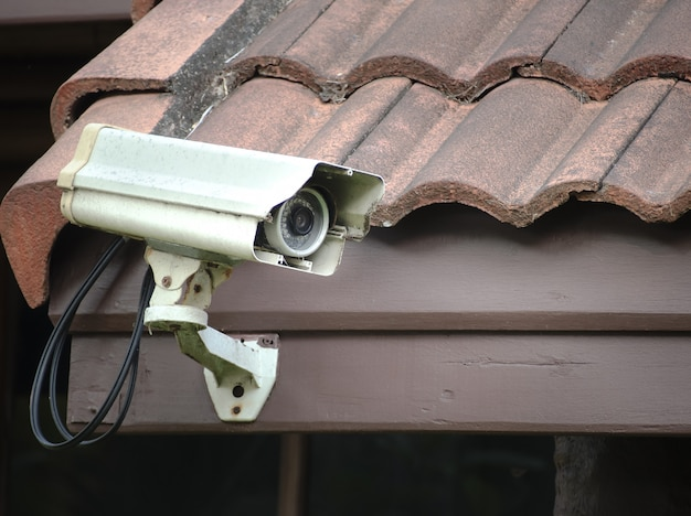 Antiga câmera de segurança ou cftv instalado no telhado da casa.
