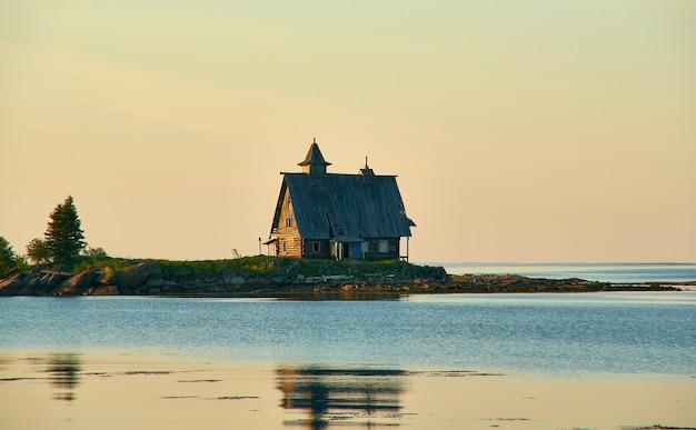 Antiga capela de madeira de são nicolau em um lugar natural rural remoto, rússia, carélia, mar branco, perto de kem