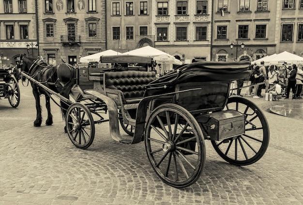 Antiga carruagem puxada por cavalo na praça do mercado do antigo lugar no centro de varsóvia