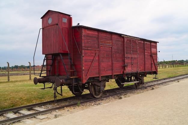 Antiga carruagem sobre trilhos no campo de concentração de birkenau ou auschwitz