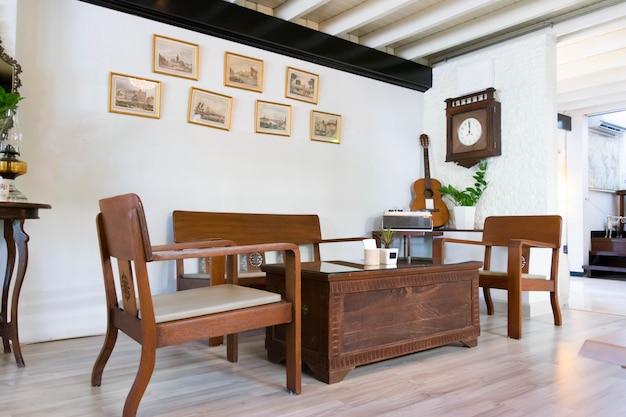 Antiga casa de madeira com velhos quartos e cadeiras