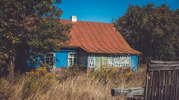 Antiga casa de madeira em ruínas abandonada no campo