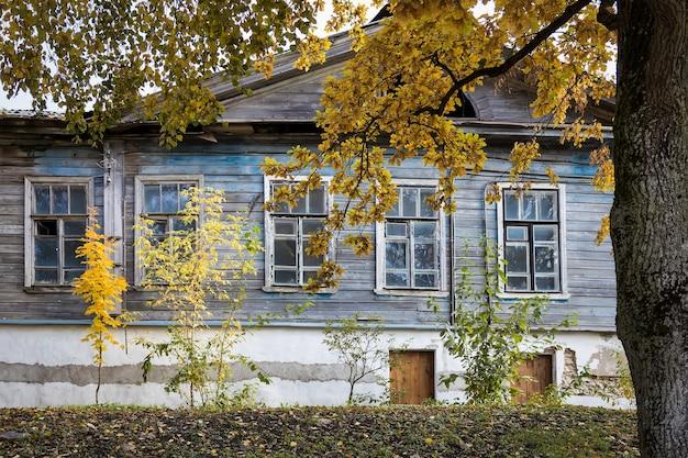 Antiga casa de madeira na rua pskov, rússia
