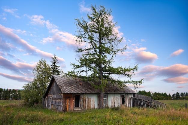 Antiga casa de madeira na vila