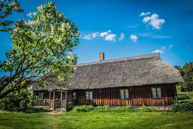 Antiga casa de madeira tradicional em aldeia etnográfica ao ar livre em riga, letônia