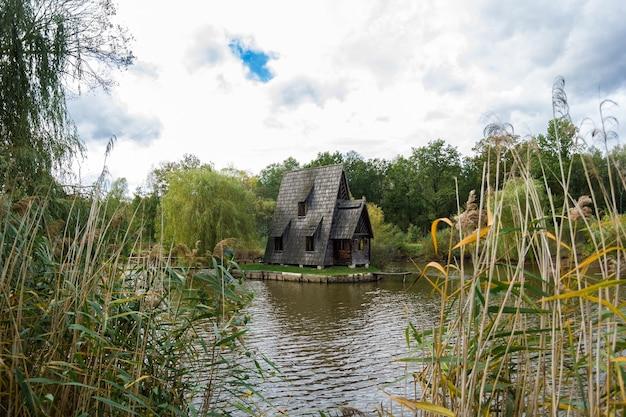 Antiga casa de pescador de madeira e cais de madeira no outono.