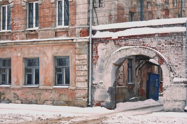 Antiga casa de tijolos com arco