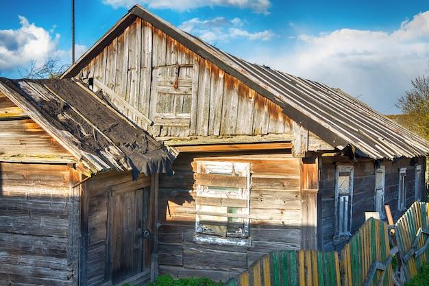 Antiga casa de vila de madeira e porta