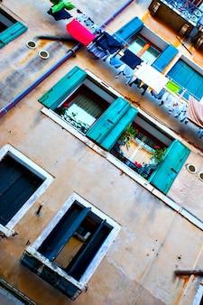 Antiga casa em veneza com roupas arejadas, itália