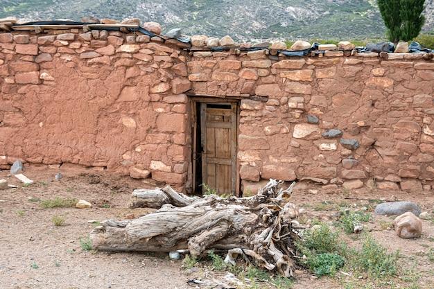 Antiga casa primitiva abandonada de aborígenes argentinos