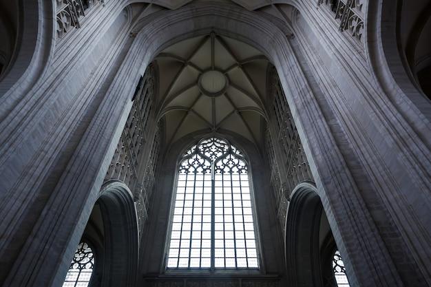 Antiga catedral igreja salão com grande janela, velha europa. arquitetura tradicional europeia, lugares famosos para turismo e viagens, religião
