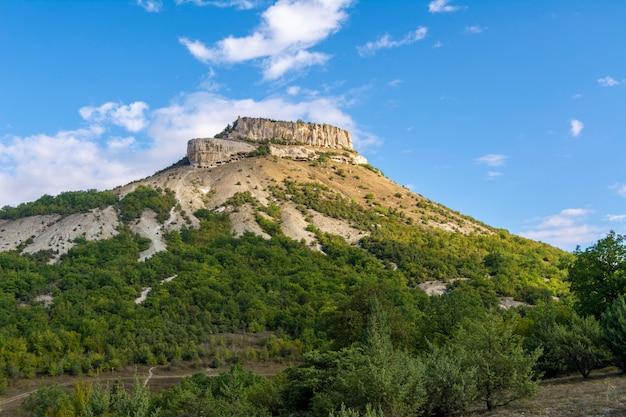 Antiga cidade de caverna no monte tepe-kermen na crimeia