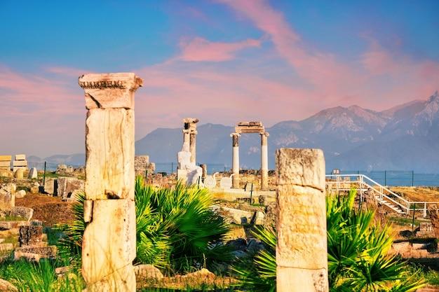 Antiga cidade de hierápolis e uma estátua de plutão ou hades ao amanhecer