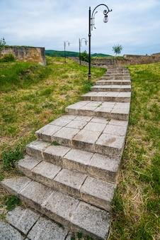Antiga escadaria de pedra de uma cidade antiga com uma fortaleza