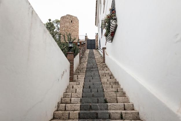 Antiga escadaria de pedra na histórica rua de málaga. bela velha cidade branca na espanha. veja de baixo.