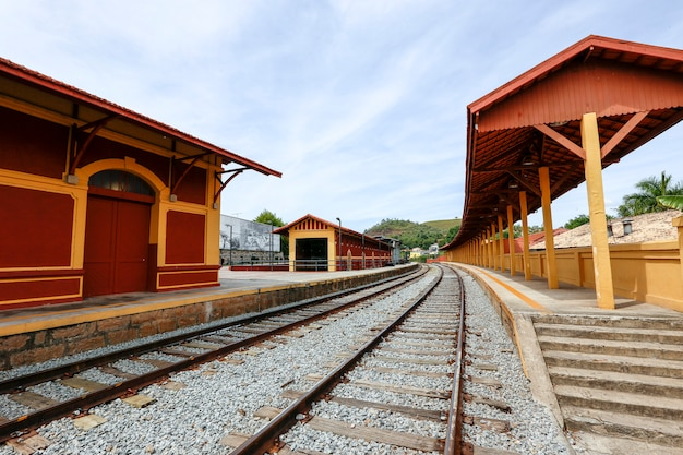 Antiga estação ferroviária, típica das ferrovias do sul do brasil, na cidade de guararema, estado de são paulo