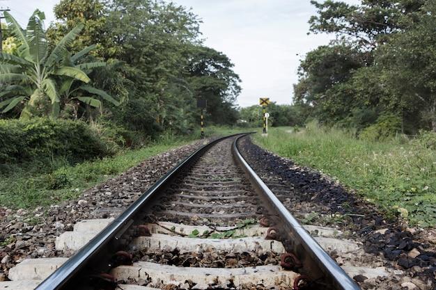 Antiga estrada de ferro no norte da tailândia