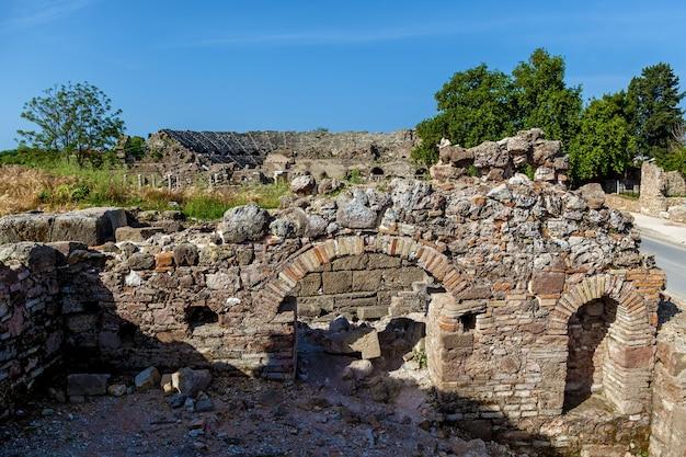 Antiga estrada de pedra com colunas e ruínas da cidade de side turkey