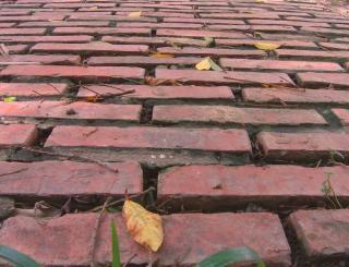 Antiga estrada de tijolos vermelhos, usados