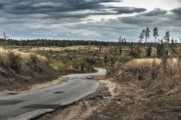 Antiga estrada sinuosa do deserto
