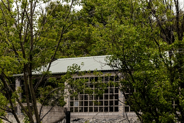 Antiga fábrica abandonada no leito de um rio em alcoi, alicante, espanha.