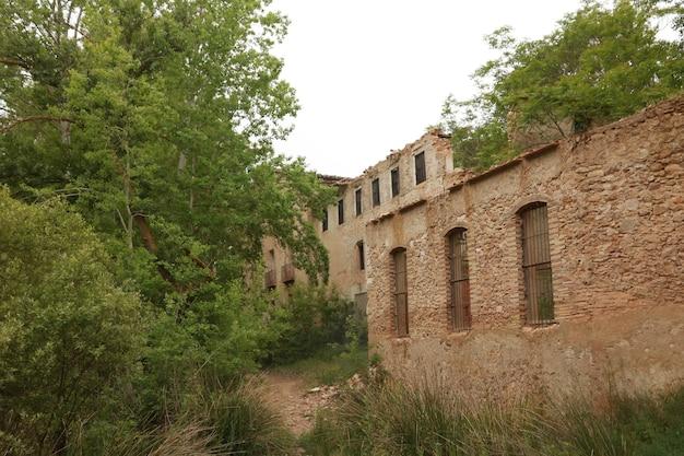 Antiga fábrica abandonada no leito de um rio em banyeres de mariola, alicante, espanha.