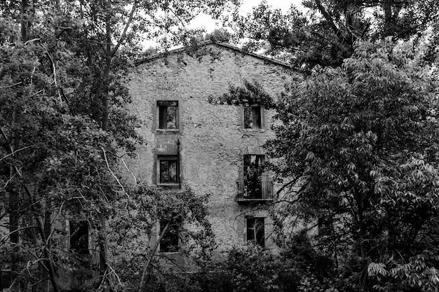 Antiga fábrica abandonada no leito do rio em banyeres of mariola em preto e branco, alicante, espanha.
