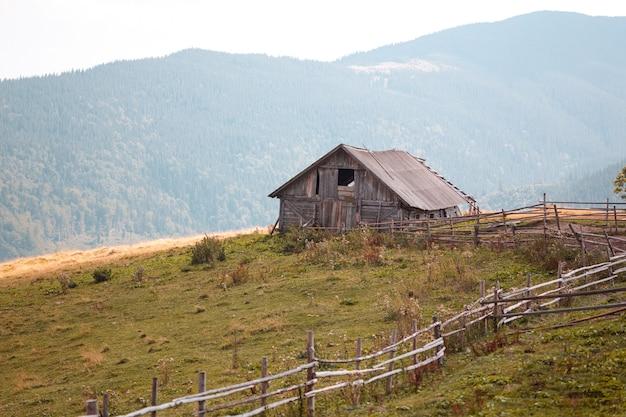 Antiga fazenda de uma única casa nas montanhas. montanhas cárpatos ucrânia