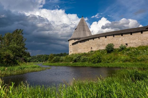 Antiga fortaleza de ladoga na margem do rio. rússia