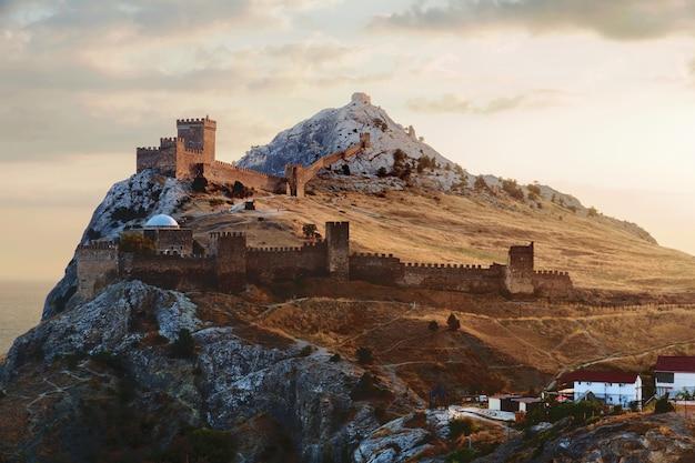 Antiga fortaleza genovesa no fundo da cidade de sudak