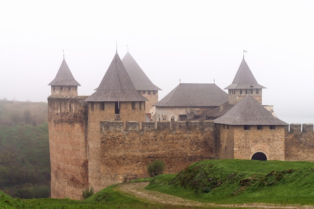 Antiga fortaleza khotyn nas margens do dnister em uma manhã de nevoeiro. castelo popular na ucrânia. turismo doméstico.