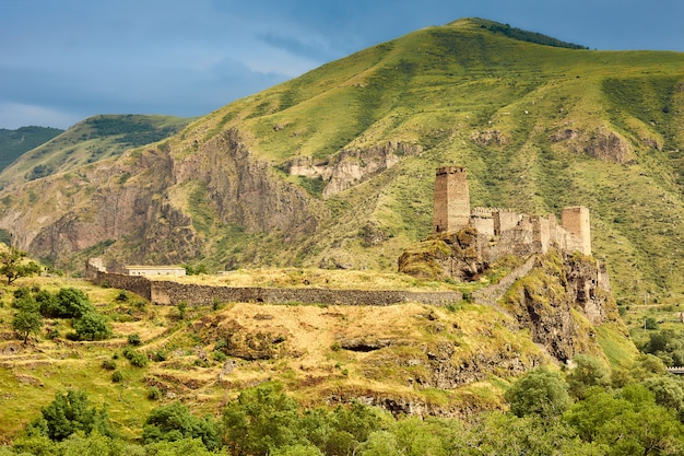 Antiga fortaleza nas montanhas da geórgia